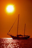 Silhouette of sailing yacht in the tropical sea at sunset. Thail — Stockfoto