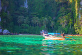 Tropical landscape, traditional long tail boat, Thailand Phi-Phi — Stockfoto