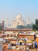 Poor neighborhoods and luxurious Taj Mahal. Agra, India — Stock Photo