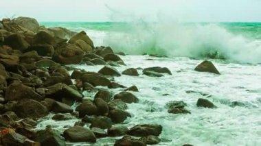 ビデオ 1080 p - サーフィンと岩。タイ、プーケット — ストックビデオ