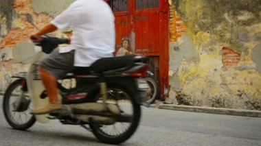 GEORGE TOWN, PENANG, MALAYSIA - 22 JUL 2014: Boy on a Bike - wall painting along Ah Quee Street — Stock Video