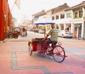 MALAYSIA, PENANG, GEORGETOWN - CIRCA JUL 2014: A pedicab driver  — Zdjęcie stockowe