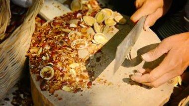 現地カンボジアの女性は即席に作られたナイフでナットを開きます — ストックビデオ
