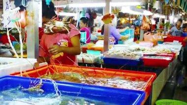 PATONG. PHUKET. THAILAND - CIRCA NOV 2014: Vendor weighing live lobsters for customer at Banzaan Market in Patong. Phuket. Thailand — Stock Video