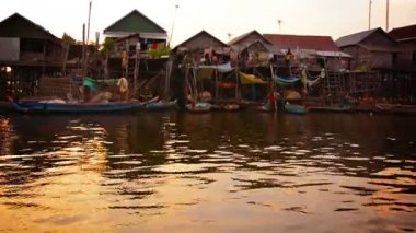 TONLE SAP LAKE. CAMBODIA - CIRCA DEC 2013: Entire Cambodian village built on piles set directly in the river water. Many handmade boats moored in front of simple. elevated houses — Stock Video