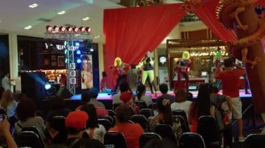 PHUKET. THAILAND - CIRCA FEB 2015: Funny song and dance stage performance at Central Festival Mall in Phuket. Thailand. — Stock Video