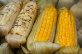 Boiled corn at a street vendor's stand — Stock Photo