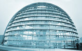 Persone che visitano la cupola del Reichstag a Berlino — Foto Stock