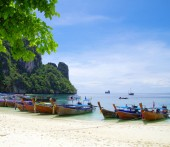 Boats on beach in Thailand — Stock Photo