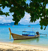 Tropical beach with longtail boats — Stockfoto