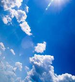 Flauschige wolken blauer himmel — Stockfoto
