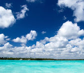 Tropical sea and blue sky — Stock Photo
