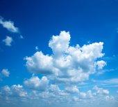 Himmel bakgrund med moln — Stockfoto
