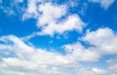 Niebieskim tle nieba — Zdjęcie stockowe