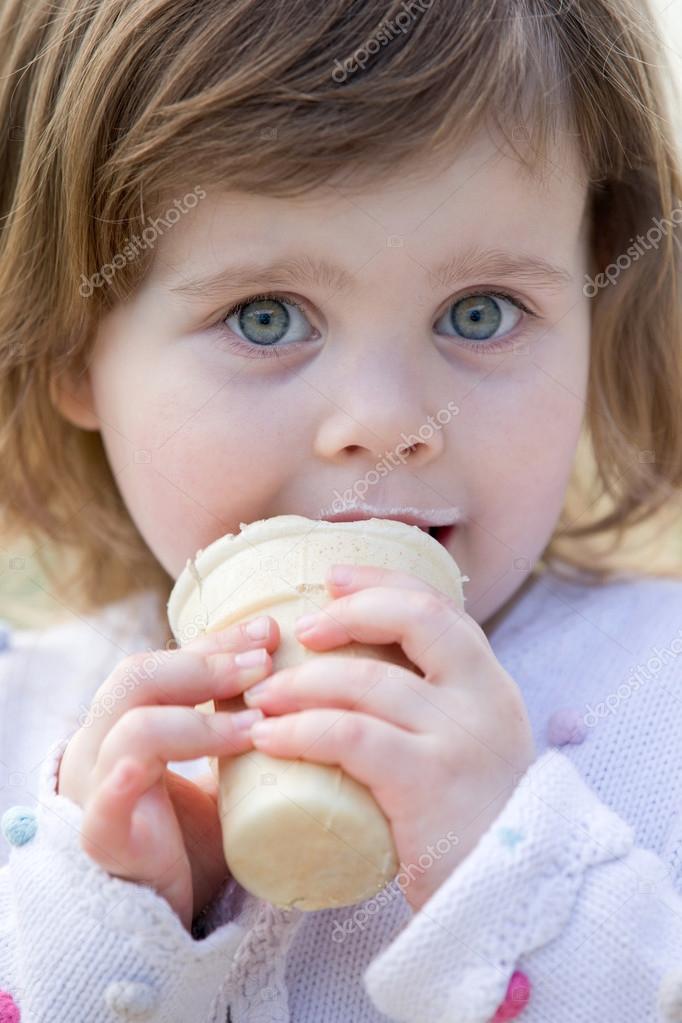 小孩吃雪糕 可爱