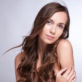 Vacker kvinna med långa bruna hår. närbild porträtt av en fash — Stockfoto