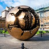 VATICAN - AUGUST 26: Modern installation Sphere within Sphere by Arnaldo Pomodoro in Belvedere Courtyard on August 26, 2014, Vatican. Versions of the sculpture can be seen in many settings worldwide. — Zdjęcie stockowe