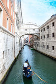 The Bridge of Sighs in Venice Italy passes over the Rio de Palazzo and connects the new prison to the old prison and interrogation rooms within the Doge's Palace. — 图库照片