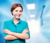Portrait de heureux souriant gai soutien jeune opérateur de téléphonie — Photo