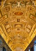 VATICAN - AUGUST 26, 2014: The ceiling in the Geographic gallery of the Vatican Museums. — Stockfoto