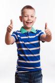 Portrét šťastný chlapec ukazuje palec nahoru gesto, izolované na bílém pozadí — Stock fotografie