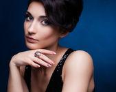 Portrét krásné bruneta žena v černých šatech. kosmetické eyeshadows. módní fotografie — Stock fotografie