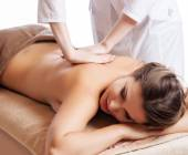 Masseur doing massage on woman body in the spa salon. Beauty treatment concept. — Fotografia Stock