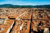 Florence, Italie. Paysage urbain avec des toits de tuiles et le Palazzo Vecchio au loin — Photo