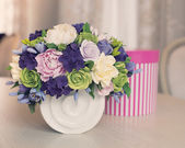 Rose flower bouquet and gift box on wooden table — Stock Photo