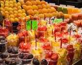 A variety of colorful, fruity drinks on ice in a Barcelona, Spain market — Stock Photo