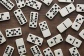 Domino kusů na dřevěný stůl pozadí — Stock fotografie