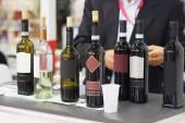 Wijn flessen op een teller — Stockfoto