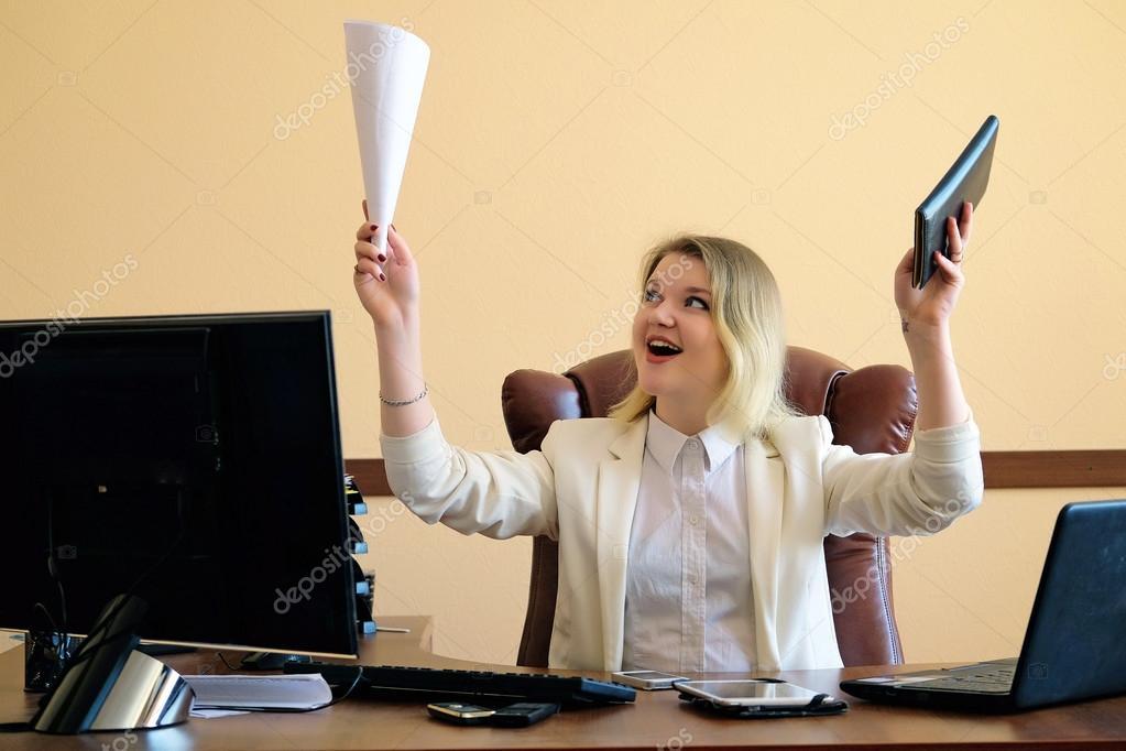 Секретарша в офисе скачать фото 328-767