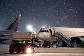 Avion de stationnement à l'aéroport — Photo
