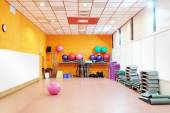 Uitgeruste fitnessruimte op fitness center — Stockfoto