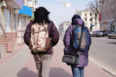 Rear view of female travellers — Stockfoto