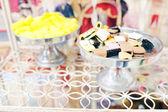 Şekerler gümüş kase — Stok fotoğraf