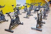 Vélos de fitness dans la salle de gym — Photo
