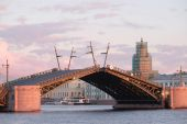 Palace bridge from  Neva  in St. Petersburg — Stock Photo