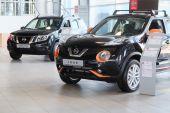 Cars in a dealer's showroom in Serpuhov — Stock Photo