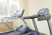 Bieżni w siłowni sala fitness — Zdjęcie stockowe