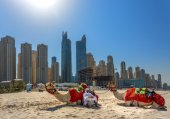 DUBAI, UAE - OCTOBER 11: Bedouin with camels on the beach at Jum — Stock Photo
