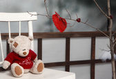 Valentine decorations. Teddy bear with red knitted heart — ストック写真