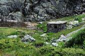 заброшенный сарай в горах рила — Стоковое фото