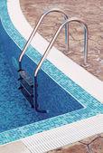 Escada de uma piscina — Fotografia Stock