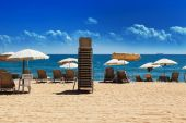 Parasols and sun loungers — Stock Photo