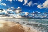 Sea coast with waves — Stock Photo