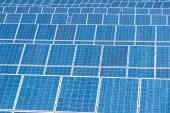 Panneaux d'énergie solaire bleu — Photo