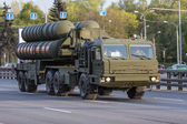 Moskva, Ryssland - maj 9 2015: Militärt trans. på ryggen långt efter Victory Day Parade — Stockfoto