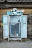 Finestra di una vecchia casa in legno — Foto Stock